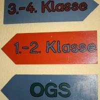 Damit jeder Schüler und Besucher den richtigen Raum bzw. Ansprechpartner im Schulgebäude findet, wurden im Rahmen der Projekttage praktische Wegweiser hergestellt und aufgehängt.
